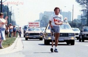 Терри Фокс бежит в окровавленных шортах во время «Марафона надежды» через Канаду, июль 1980 г. - Терри Фокс.jpg
