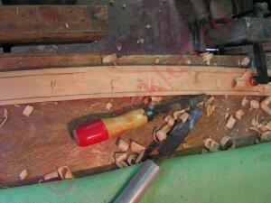 И с помощью нехитрого инструмента в виде стамесок делается выборочка под клинок, глубиной примерно 3мм до носовой части. - 7.jpg