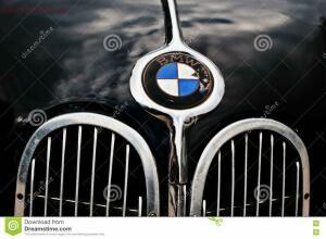 Знак BMW на определение года. - tarnopol-украина-ое-октября-bmw-оготипа-на-старом-к-ассическом-re-78607199.jpg