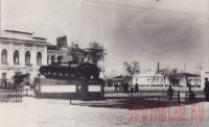 Братская могила на площади - 1960г - Статья 2.jpg
