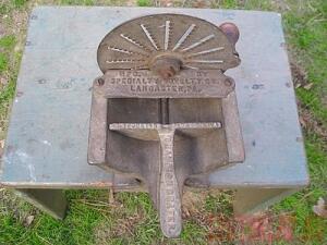 Это тёрка, изготовлена в 1897 году в Пенсильвании. В ложбинку сзади кладётся продукт и лопаткой проталкивается ко вращающемуся колесу с лезвиями. Тёрка выполнена из чугуна и практически не снашиваема. - 20101206_terka03.jpg