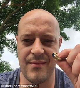 Охотник за сокровищами нашел в Шервудском лесу подарок от Робин Гуда - 3b831bee00000578-4047664-mark-thompson-34-who-makes-his-living-spray-painting-fork-lift-t-m-45-1482143814393.jpg