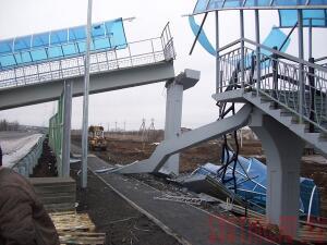 На трассе М-4 в Каменском районе рухнул пешеходный мост - most3.jpg