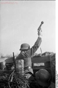 Небольшой обзор ручных гранат Второй мировой - bundesarchiv-bild-101i-264-1623-20--frankreich--soldaten-in-schutzstellung-mit-kampfpistole.jpg