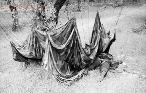 День открытых дверей музея ВИЦ Поиск  - Разбившийся десантник и его парашют на острове Крит, начало 1941 года.jpg