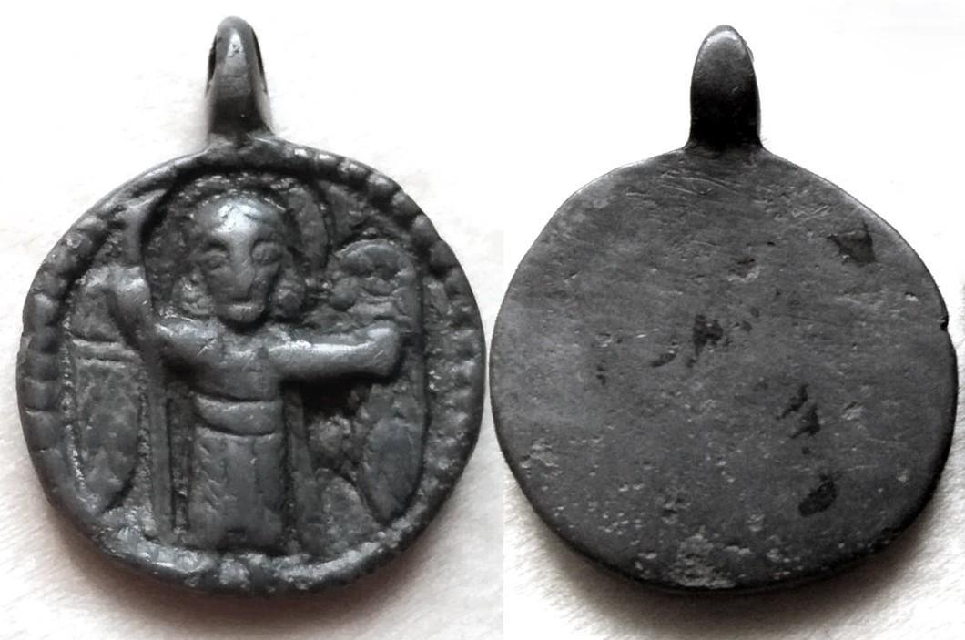 Нательная привеска круглой формы с рельефным изображением Архангела