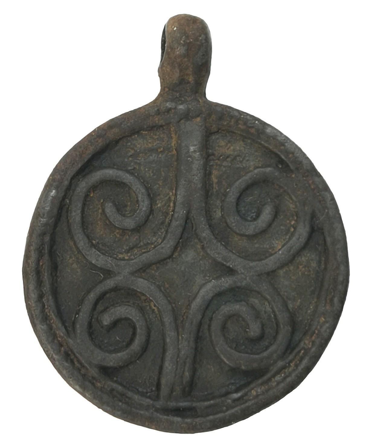 Привеска круглой формы с орнаментом из четырех ложно-филигранных завитков