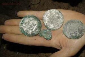Пара из Франции нашла 3000 драгоценных монет в подвале своего дома - pic_28a2885b22e354e688c2d0445de9af83.jpg