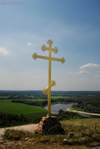 Крест на холме над монастырем. Внизу течет Дон, там же в него впадает речка Тихая Сосна. - DSC_0207_.jpg