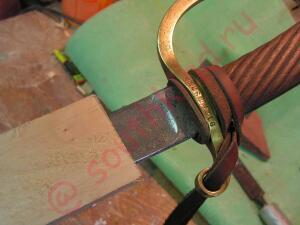 зажимаю кончик ножен стубцинами и методом примерок и подточек внутренностей делаю так, чтобы кленок свободно входил вот по сех, дальше с небольшим усилием. - 9.jpg