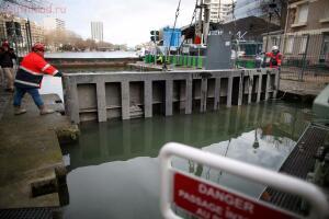 В Париже осушили канал Сен-Мартен - 09.jpg