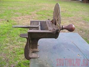 Это тёрка, изготовлена в 1897 году в Пенсильвании. В ложбинку сзади кладётся продукт и лопаткой проталкивается ко вращающемуся колесу с лезвиями. Тёрка выполнена из чугуна и практически не снашиваема. - 20101206_terka02.jpg