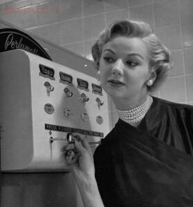Редкие исторические фотографии - Автомат для опрыскивания духами, 1952 год.jpg