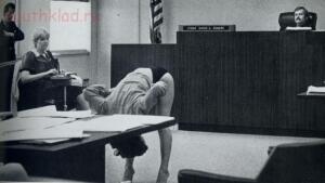 Редкие исторические фотографии - Стриптизерша из американского города Клируотер, штат Флорида, отстаивает свои гражданские права.jpg
