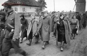 Советские женщины в колонне военнопленных. - 05.jpg