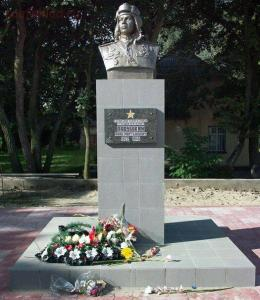 город носит имя Героя Советского Союза -Ладушкина - Ladushkin_IM_mon.jpg